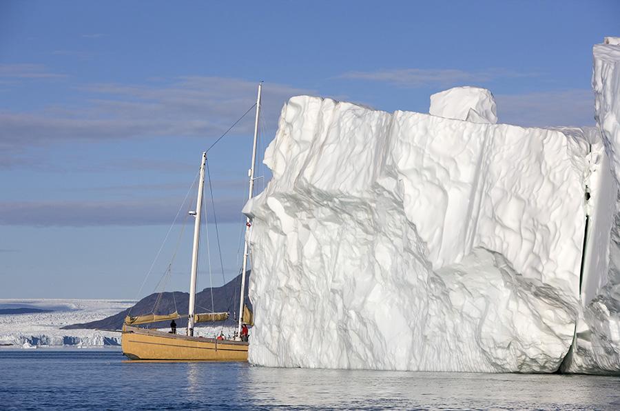 La Louise derrière un iceberg