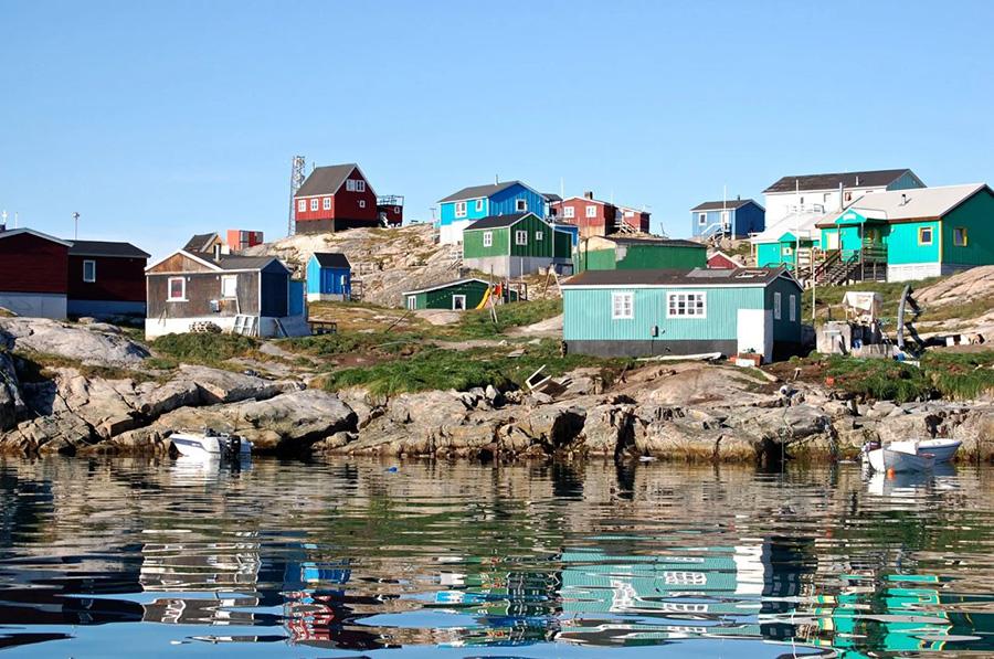 Village coloré dans la baie de Disko