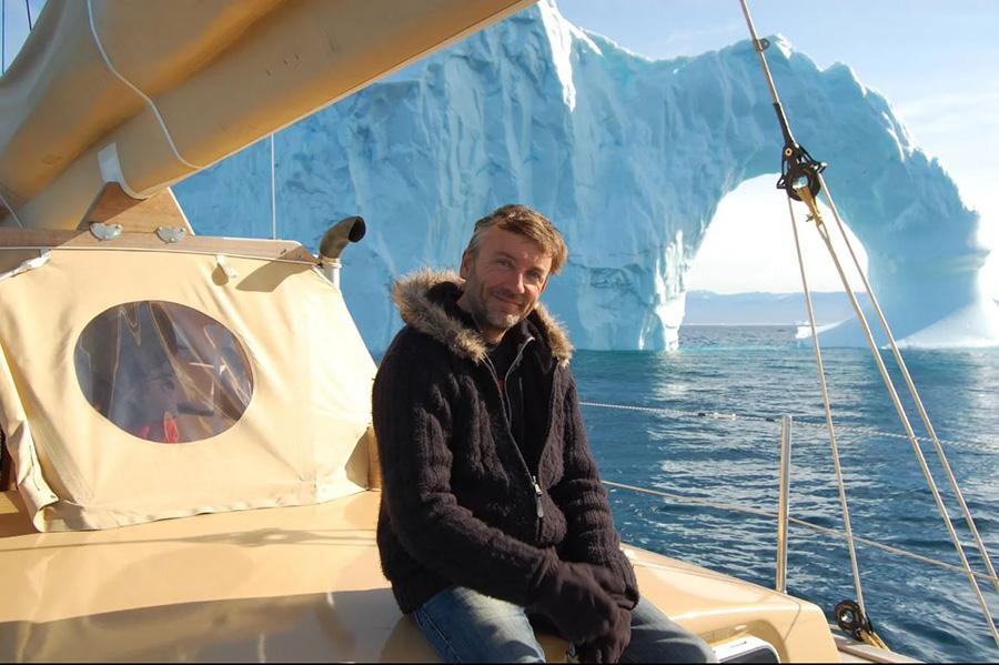 Frédérci petit devant l'Arche au Groenland